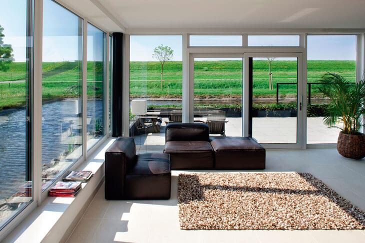 Casa cu multe geamuri